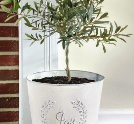 Clearance Christmas planter makeover, spray painted and distressed farmhouse style olive tree topiary decor. #farmhouse #farmhousestyle